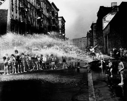 Durante el verano, la ducha colectiva, Lower East Side, 1937. / Fuente: elmundo.es